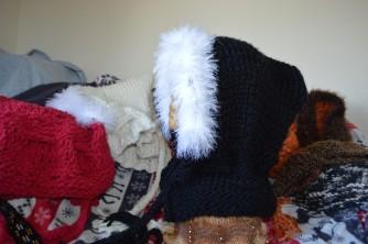 blk n wht knit hat - me